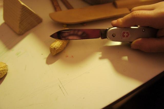 Mit dem Taschenmesser die Erdnuss halbieren und den Kern entfernen.  Foto. (c) Kinderoutdoor.de
