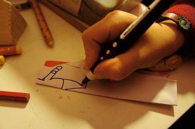 Zeichnet nun den Körper auf das Buntpapier auf und malt den Hals besonders lange.  Foto: (c) Kinderoutdoor.de