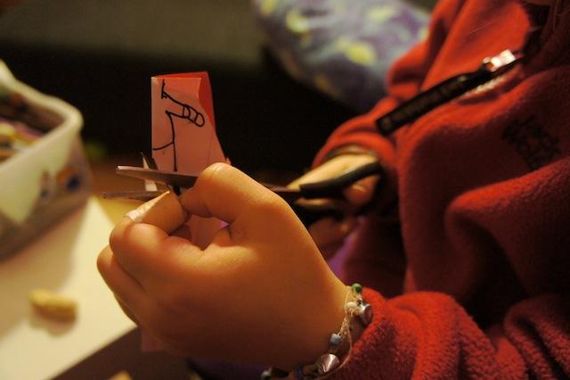 Jetzt schneidet Ihr den Puppenkörper aus. Wir haben das Papier zusammengefaltet und bekommen so eine gleichmäßige Figur. Foto. (c) Kinderoutdoor.de