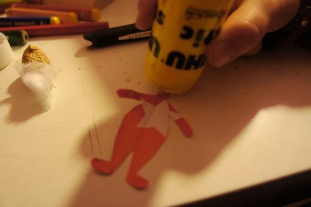 Den Hals der Puppe mit Kleber einstreichen und dann mit der Erdnuss zusammenführen.  Foto (c) Kinderoutdoor.de