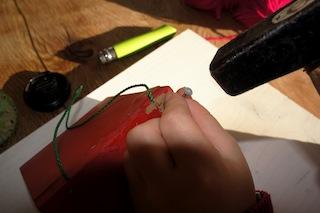 Nagelt nun die beiden angemalten Bretter zu einem L zusammen. Zuvor legt Ihr die Halteschnur ein.  Foto: (c) Kinderoutdoor.de