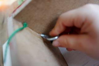 Jetzt den Schraubhaken eindrehen, an ihm baumelt dann der Meisenknödel.  Foto (c) Kinderoutdoor.de