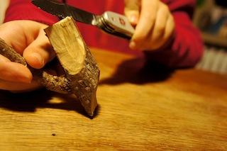 Nun schnitzt Ihr mit einer großen Kerbe an der Unterseite der Astgabel die Füße. Foto(c) Kinderoutdoor.de
