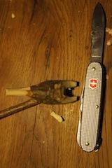 Nun schneidet Ihr aus der großen Kerbe ein Drittel heraus. Fertig sind die Beine vom Gockel. Foto: (c) Kinderoutdoor.de