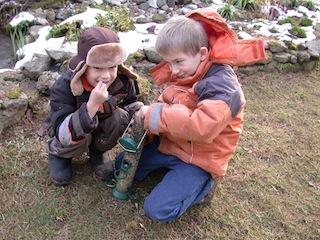 Vögel füttern ist auch für Kinder ein tolles Erlebnis! Foto: © Landesbund für Vogelschutz in Bayern e.V. B. Helbig