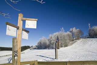 """Winterwandern eine Aktivität für die ganze Familie, spezielle Ausrüstung ist nicht notwendig, nur warme Kleidung und festes Schuhwerk. Spezielle Winterwanderwege, vom Schnee geräumt oder planiert, warten an vielen Orten auf die Gäste. Foto: (c)  """"Sauerland-Tourismus e. V.;Sabrina Voss"""