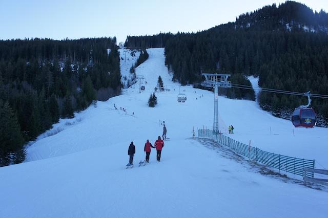 Rudel gut auf der Alpspitz. Weniger gut ist der Zustieg zur Schlittenbahn: Entgegen dem Skihang. Foto: (c) Kinderoutdoor.de