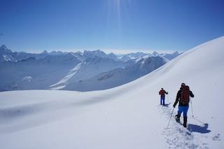Schneeschuhe sind ideale Begleiter im alpinen Gelände, aber auch in der verschneiten Ebene.  Foto: (c) Kinderoutdoor.de