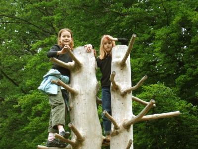 Ein Waldspielplatz ist bei (fast) jeder Jahreszeit einen Besuch wert. Foto: (c) RainerSturm  / pixelio.de