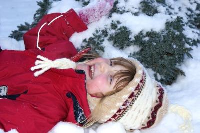 Auch im Schnee haben die Kinder ihren Spaß. Foto: (c) Juana Kreßner  / pixelio.de