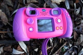 Einfache Bedienelemente aber ein zu kleines Display. Das ist die Vtech Kidizoom. Foto: (c) Kinderoutdoor.de
