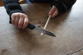Nun das Holzstöckchen entsprechend rund schnitzen und von der Länge her passend zuschneiden.  Foto(c) Kinderoutdoor.de