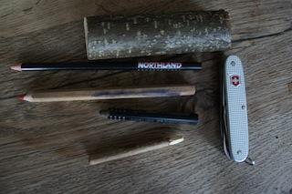 Schnitzen wir einen Schneemann: Dazu braucht Ihr nur ein Stück Haselnuss, ein Taschenmesser und Farbstifte. Foto (c) Kinderoutdoor.de