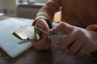 Mit der Ahle auf jeder Seite drei Halbkreise einschnitzen. Foto. (c) Kinderoutdoor.de