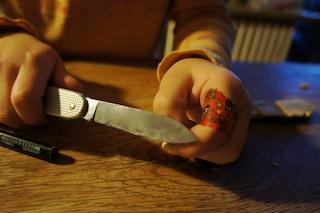 Statt einer Möhre bekommt der Schneemann eine geschnitzte Holznase. Foto (c) Kinderoutdoor.de