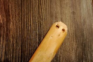 Nun bekommt das Steckenpferd Nüstern. Benutzt dazu die Ahle vom Taschenmesser. Foto (c) Kinderoutdoor.de