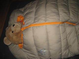 Im Kinderschlafsack Charlie von Vaude fühlt sich selbst Bärli wohl. Foto (c) Kinderoutdoor.de