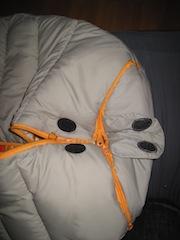 Mit den drei Reißverschlüssen lässt sich der Kinderschlafsack mit wenigen Handgriffen in eine Krabbeldecke verwandeln. Foto (c) Kinderoutdoor.de