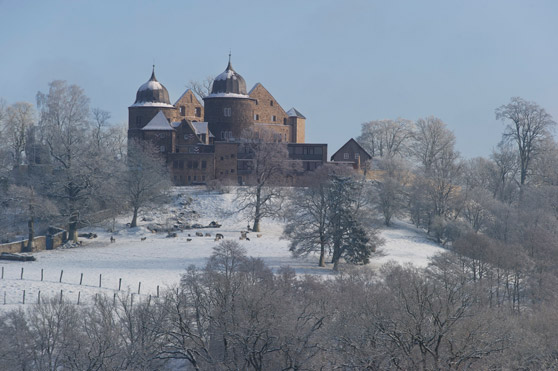 Ein Märchen auch im Winter: Die Sababurg in Nordhessen.  Foto: (c) Paavo Blåfield GrimmHeimat NordHessen - Tourismus - Regionalmanagement Nordhessen GmbH