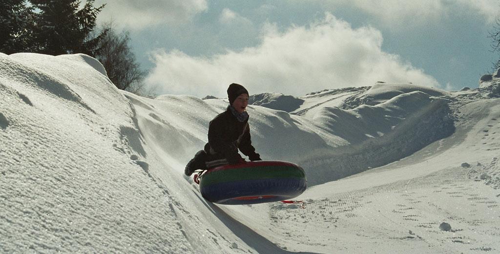 Schlitten fahren mal anders. Snowtubing ist in Bernau (Schwarzwald) total angesagt.  Foto(c) Tourist Information  Bernau