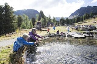 Nauders bietet den Kindern Spaß in der Natur am Goldwasser. Foto (c) TVB Tiroler Oberland Nauders Tourismus