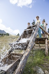 Nauders bereitet den Outdoor Kids ein goldes Erlebnis am Goldwasser. Foto (c) TVB Tiroler Oberland Nauders Tourismus