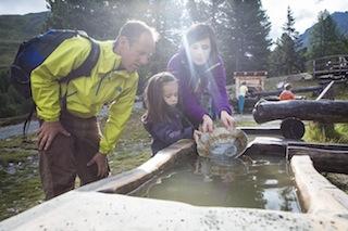 Kinderarbeit in Nauders! Hier können die Kleinen das Goldwaschen ausprobieren. Foto: (c) TVB Tiroler Oberland Nauders Tourismus