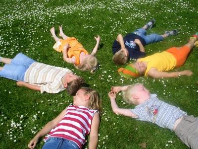 Kindergeburtstag Spiele können Kinder ganz schön schaffen! Foto: (c) Rolf Kühnast  / pixelio.de