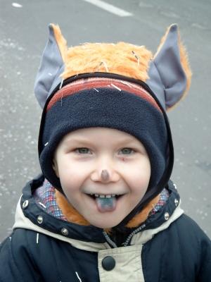 Beim Fledermaus-Spiel orientieren sich die Kinder nach den Geräuschen von einem Mitspieler. Foto(c) Sabine Geißler  / pixelio.de