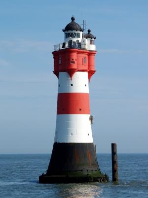 Ein Leuchtturm den jeder von Euch kennt und hier kann man sogar übernachten! Roter Sand, 50 Kilometer vor der Küste. Mitten im Meer! Foto: (c) sokaeiko  / pixelio.de