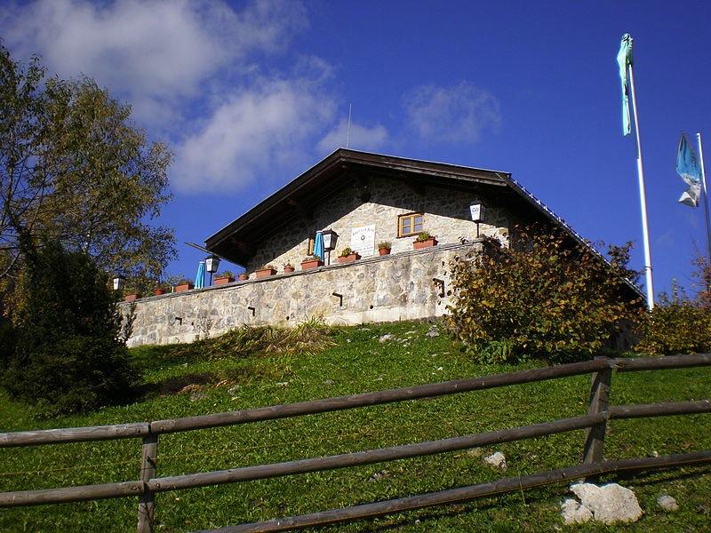 Eine Berghütte wie aus dem Bilderbuch! Die Albert-Link-Hütte am Spitzingsee Foto: Krika; Wikipedia.de Lizenz: Creative Commons by-sa 3.0 de