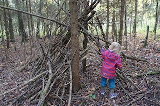 Mit viel Krafteinsatz lässt sich aus Ästen ein Indianerzelt bauen.  Foto (c) Kinderoutdoor.de