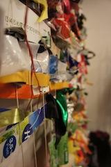 Wie bei einem Webrahmen arbeitet Ihr die Recyclingmaterialien ein. Foto (c) Kinderoutdoor.de