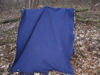 Jetzt noch eine Decke drüber und das Ganze abspannen. Fertig ist das Zelt Foto (c) Kinderoutdoor.de