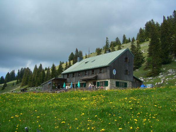 Die Riesenhütte bei Frasdorf. Mit der Aufstiegsralley geht es ohne Quengeln hinauf.  Foto: (c) Michael Mertel,Wikipedia.de Lizenz: Creative Commons by-sa 3.0 de