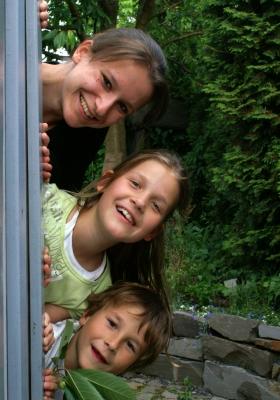 Spannend geht es bei der Schatzsuche am Kindergeburtstag zu. Was ist wohl die nächste Aufgabe? Foto (c) S. Hofschlaeger  / pixelio.de