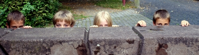 Kinder bei der Schatzsuche: Ob hinter dieser Mauer was zu finden ist? Foto (c) Stephanie Hofschlaeger  / pixelio.de