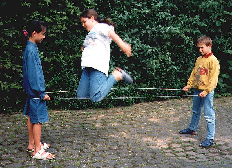 Kinderspiele die zeitlos sind: Gummitwist. Foto: (c) Werner; Lizenz: Creative Commons by-sa 3.0 de