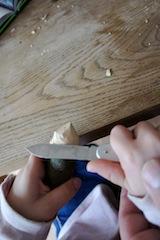 So ist es richtig beim Schnitzen: Die Klinge vom Körper wegführen. Foto (c) Kinderoutdoor.de