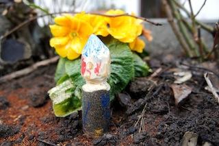 Fertig ist der Frühlingswichtel und leuchtet bunter, als manche Blume.  Foto (c) Kinderoutdoor.de