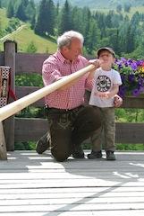 """""""So Bua, da vorn is der Pfeil im Blasrohr und jetzt ziel ma guat!"""" Bei HoamArt am Katschberg lernen auch die kleinen Outdoorer das typische Brauchtum dieser Region kennen.  Foto:(c)Tourismusregion Katschberg/ Salzburger Land-Kärnten"""