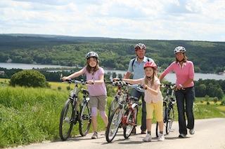 Eine Radtour auf historischen Wegen am Möhnesee. Foto (c) Möhnesee Touristik