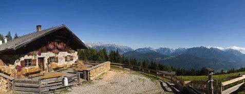 Die Oberhofer Melkalm bietet eine herrliche Panoramasicht auf das Inntal. Von hier aus führt der Oberhofer Höhensteig auf gesicherten Wegen in Richtung Sellraintal. Copyright: Innsbruck Tourismus