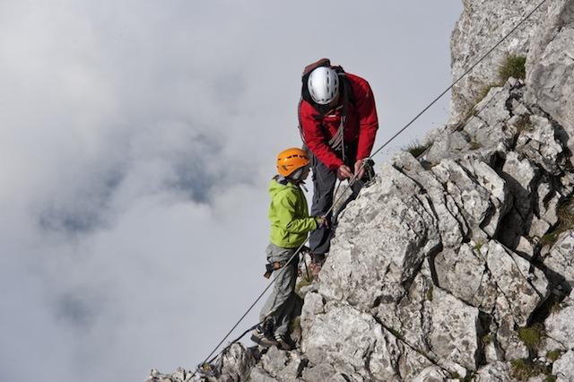 Klettern in der Via Ferrata. Wer geübt ist und die entsprechende Ausrüstung hat, kann sich in Tirol an die Klettersteige wagen.  Foto (c) Udo Bernhart