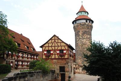 In Nürnberg lernen die Kinder bei einer Stadtführung kennen, wie es in einer mittelalterlichen Stadt zuging.  foto (c) H.D.Volz  / pixelio.de