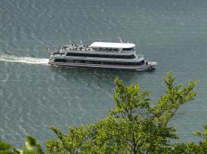 100 Jahre besteht der bekannteste See Hessens: Nach einem Besuch im Kletterwald oder im Wildtiergehege sollte Ihr über den Edersee schippern.  Foto: Axel Hindemith / Lizenz: Creative Commons CC-by-sa-3.0 de