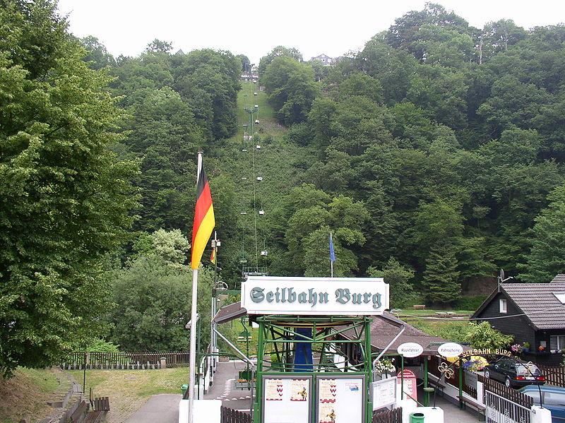 Die erste Seilbahn von NRW befindet sich in Burg und fährt zu Schloss Burg hinauf.  Foto (c) Morty at de.wikipedia CC-BY-SA-2.0-DE.