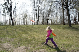 Mit Schwung beim Frisbee Golf gewinnen.  Foto (c) Kinderoutdoor.de
