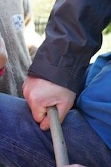 Nun die Rinde abziehen.  foto (c) Kinderoutdoor.de