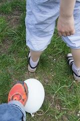 Ein Knaller beim Geburtstag: Ballon jagen. Foto (c) Kinderoutdoor.de